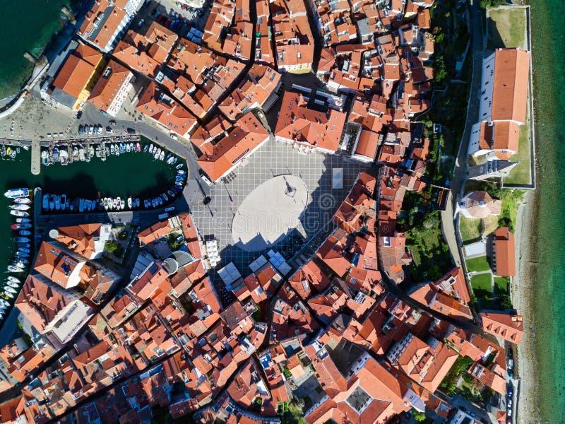 Vieille ville Piran en Slovénie, vue aérienne de place de Tartini, d'église paroissiale de St George et de marina photographie stock