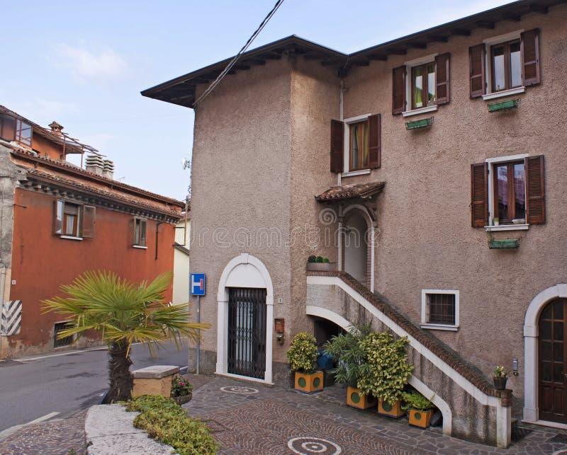 Download Vieille Ville Provinciale, Policier De Lac, Italie Image stock - Image du closeup, route: 76088553