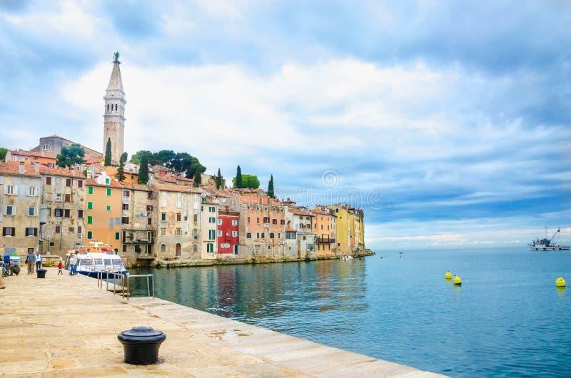 Vieille ville romantique de Rovinj avec les bâtiments colorés, péninsule d'Istrian, Croatie images libres de droits