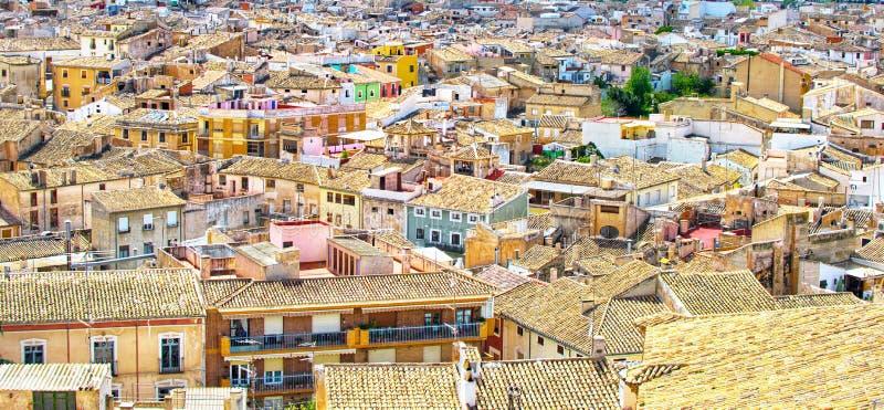 Vieille ville Silhouette d'homme se recroquevillant d'affaires Paysage urbain de Caravaca de la Cruz en Espagne photo libre de droits