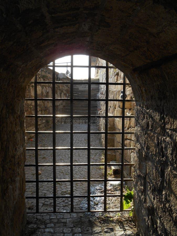 Vieille voûte en pierre avec la porte de grille de fer image libre de droits