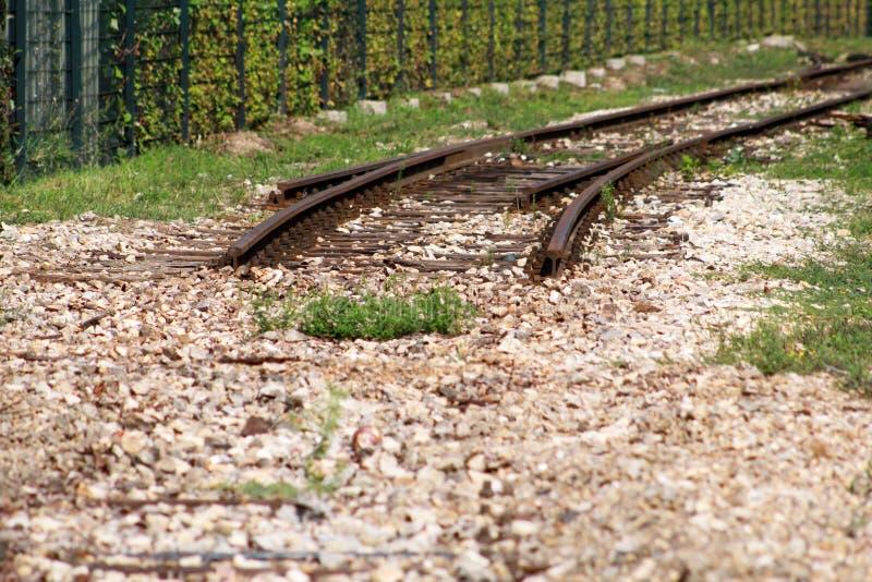 Vieille voie de chemin de fer dans la ville urbaine Chemin de fer de vintage Vue étroite de vieilles voies ferrées avec les liens photo libre de droits