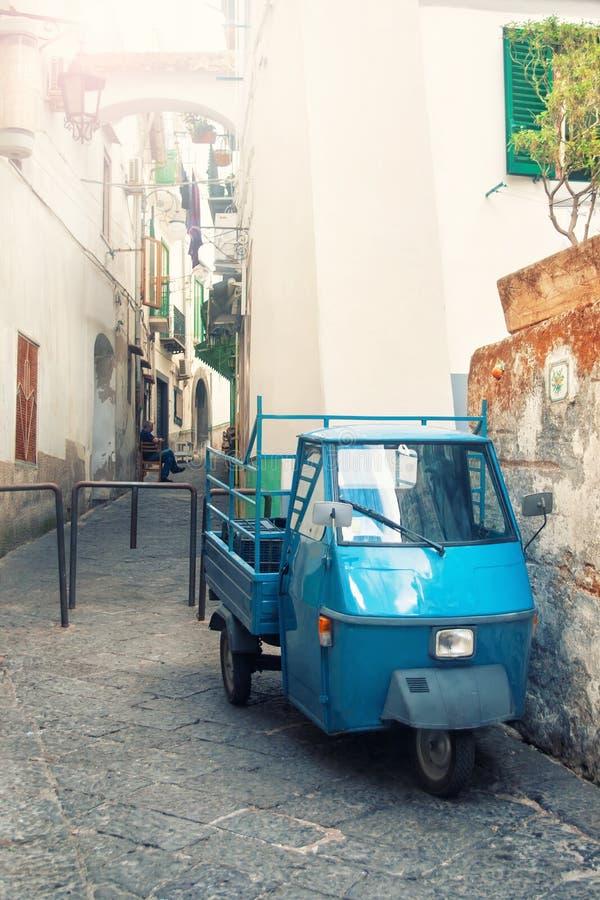 Vieille voiture à trois roues garée sur la rue étroite image stock