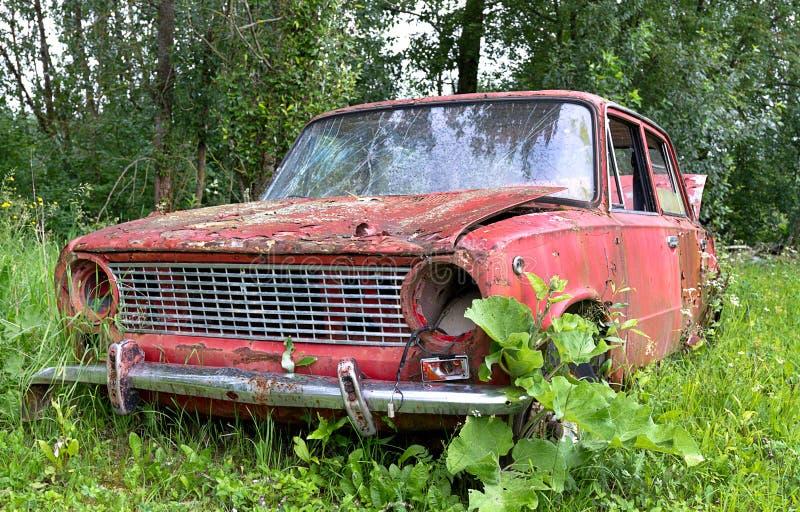 vieille voiture abandonn e dans un pr image stock image du destruction brun 41538491. Black Bedroom Furniture Sets. Home Design Ideas