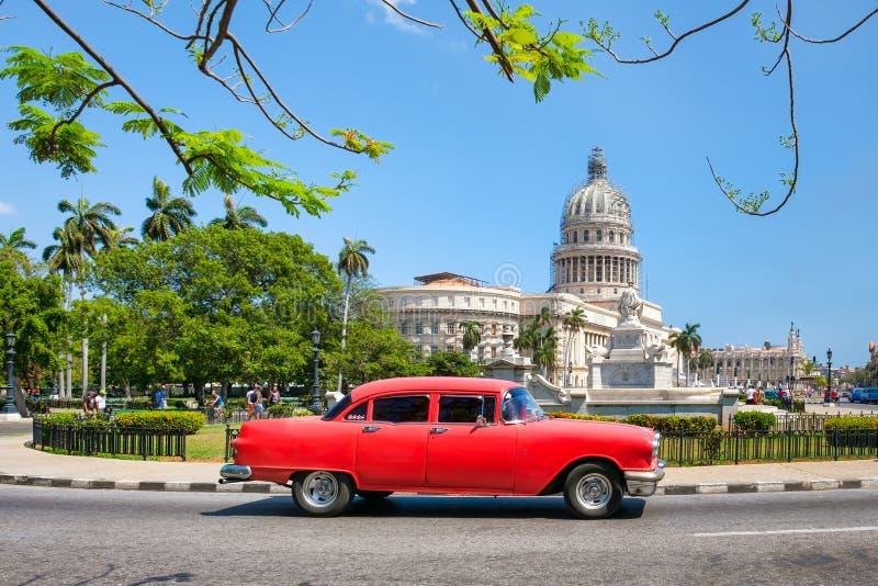 Vieille voiture américaine à côté du bâtiment de capitol à La Havane photo stock