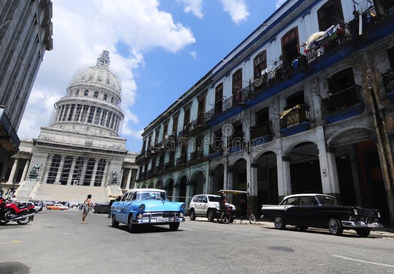 Vieille voiture américaine classique sur les rues de La Havane photographie stock libre de droits