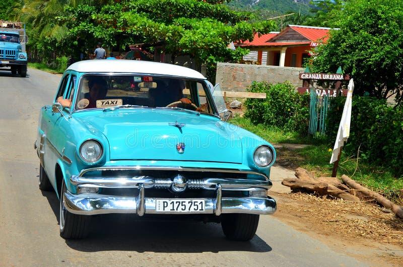 Vieille voiture américaine dans Vinales, Cuba photos libres de droits