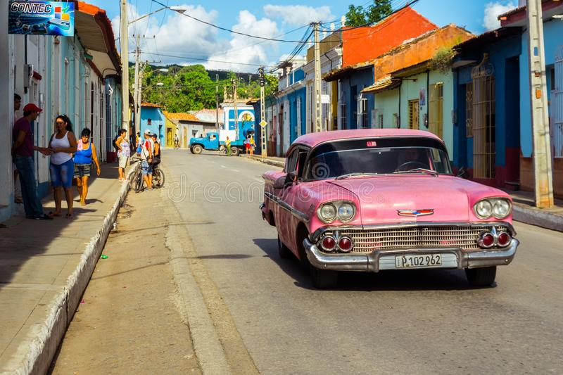 Vieille voiture américaine rose au Trinidad photo libre de droits