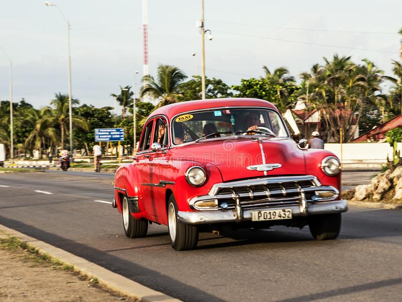 Vieille voiture américaine rouge sur le Cienfuegos Malecon photographie stock libre de droits