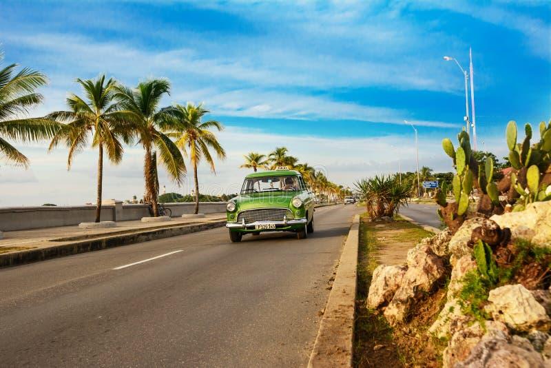 Vieille voiture américaine verte sur le Cienfuegos Malecon photo libre de droits