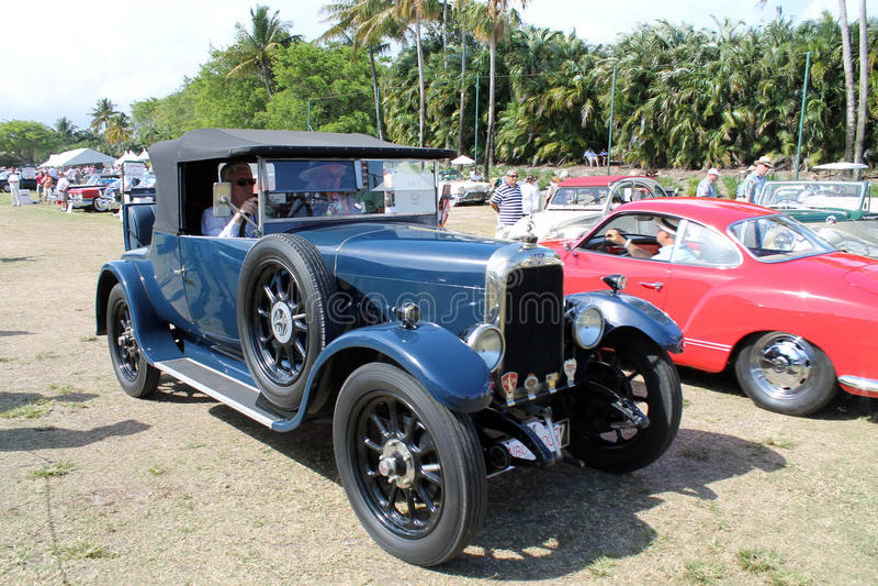 Vieille voiture ancienne conduite photos libres de droits