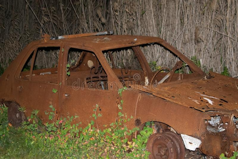 Vieille voiture brûlée photographie stock libre de droits