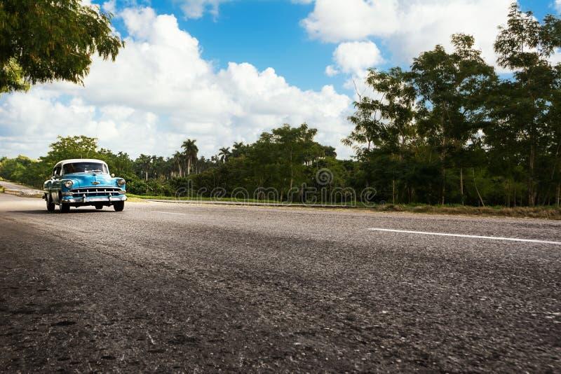 Vieille voiture classique américaine dans la route de route du Cuba image stock