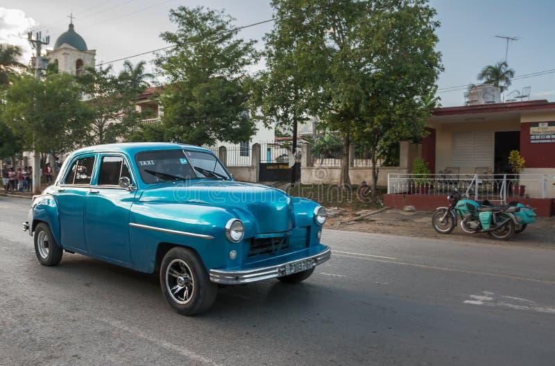 Vieille voiture classique des années 1950 dans la rue centrale de Vinales photos libres de droits