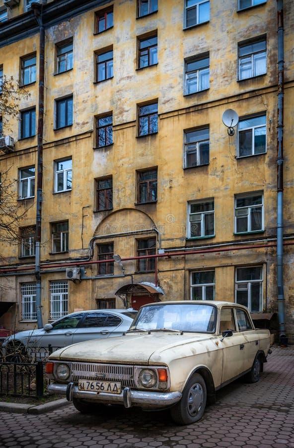 Download Vieille Voiture Dans Le St Petersbourg, Russie Photo stock éditorial - Image du jaune, construction: 76086598