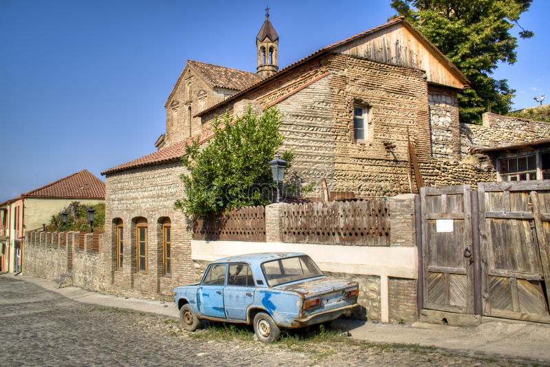 Vieille voiture dans Sighnaghi image stock