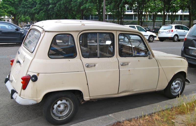 Vieille voiture de Citroen sur des rues de Paris photographie stock
