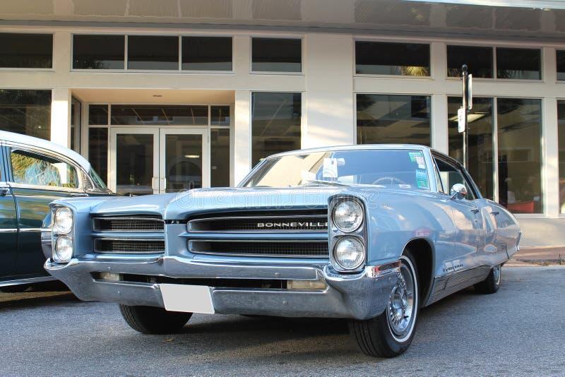 Vieille voiture de Pontiac Bonneville au salon automobile photo libre de droits