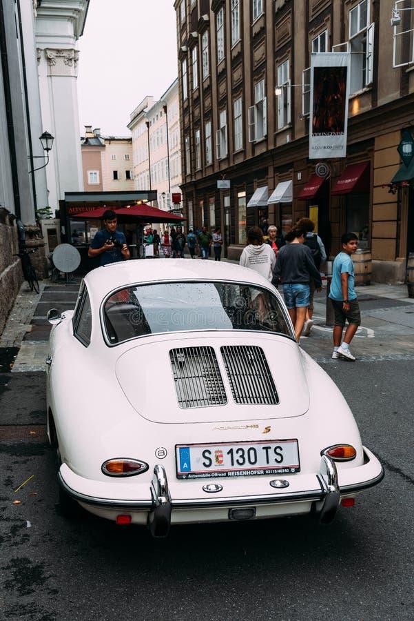 Vieille voiture de Porsche S garée sur la rue photo stock
