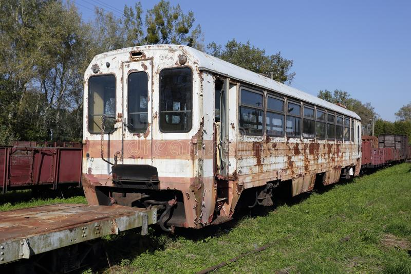 Vieille voiture de tourisme en acier ruinée Train rouillé sur des voies de chemin de fer photo stock