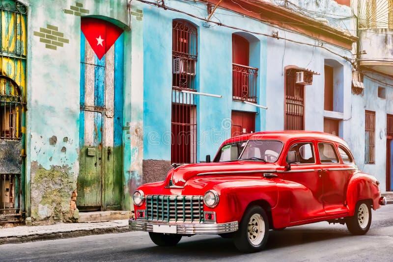 Vieille voiture et et bâtiment avec le drapeau cubain à vieille La Havane photo libre de droits