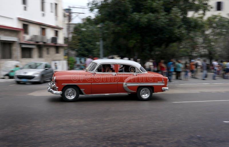Vieille voiture rouge à La Havane, Cuba photographie stock libre de droits
