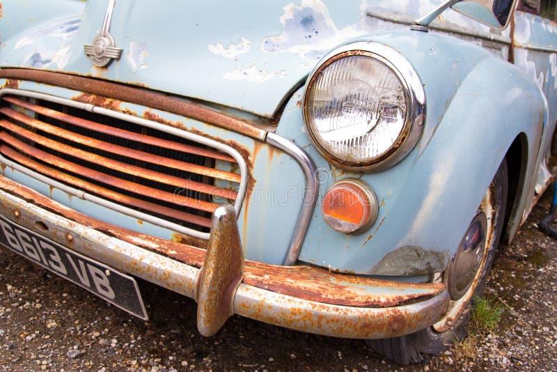 Vieille voiture rouillée de Morris Minor image stock