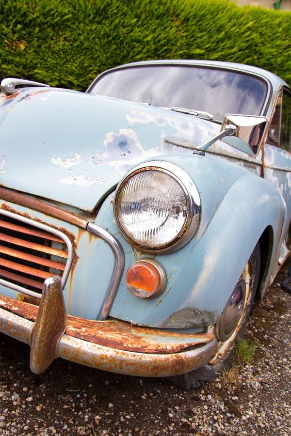 Vieille voiture rouillée de Morris Minor photo libre de droits