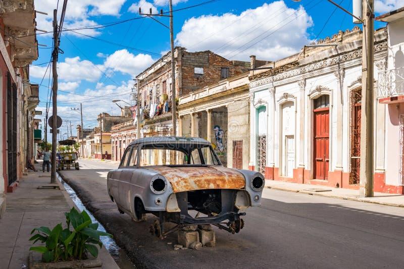 Vieille voiture sur des rues du Cuba photo stock