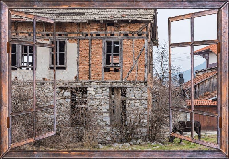 Vieille Vue De Cheval De Village De Maison De La Fenêtre Photo Stock