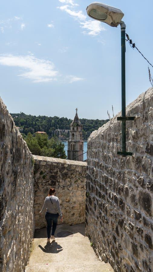 Vieille vue de mer de tour de cloche de ville Petit village de côte de Cavtat Région d'été avec les rues étroites et la femme en  photos libres de droits