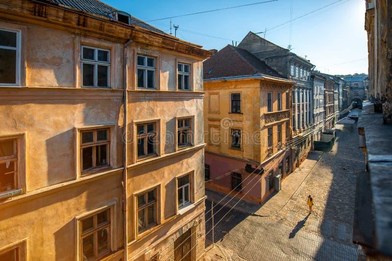 Vieille vue de rue de ville avec la marche de femme photo stock