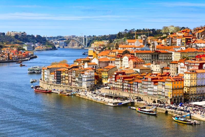 Vieille vue de ville de Porto, Portugal avec la rivière de Douro photos libres de droits