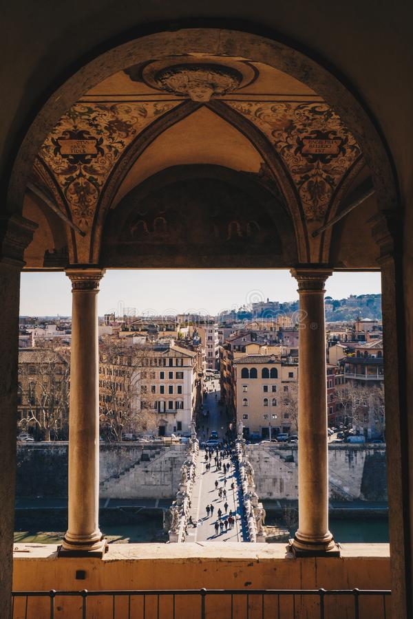 Vieille vue de ville de Sant Angelo Bridge et de Rome de Sant Angelo Castl photos stock