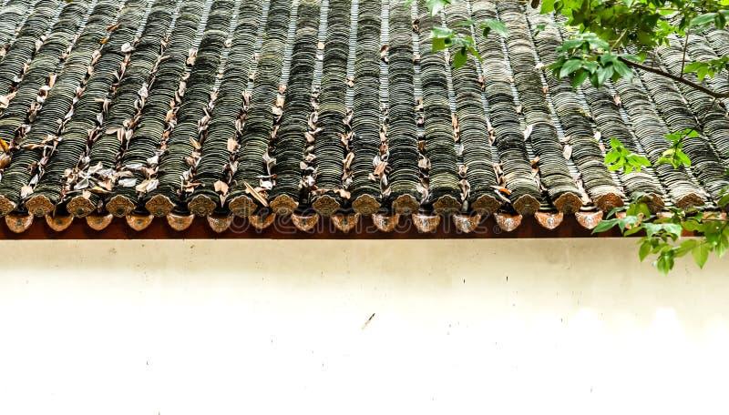 Vieille vue supérieure chinoise de mur et de toit de construction traditionnelle image stock