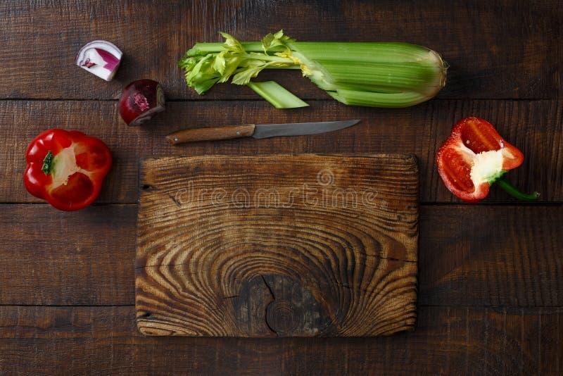 Vieille vue supérieure en bois en bois de table de légumes frais de planche à découper photos libres de droits