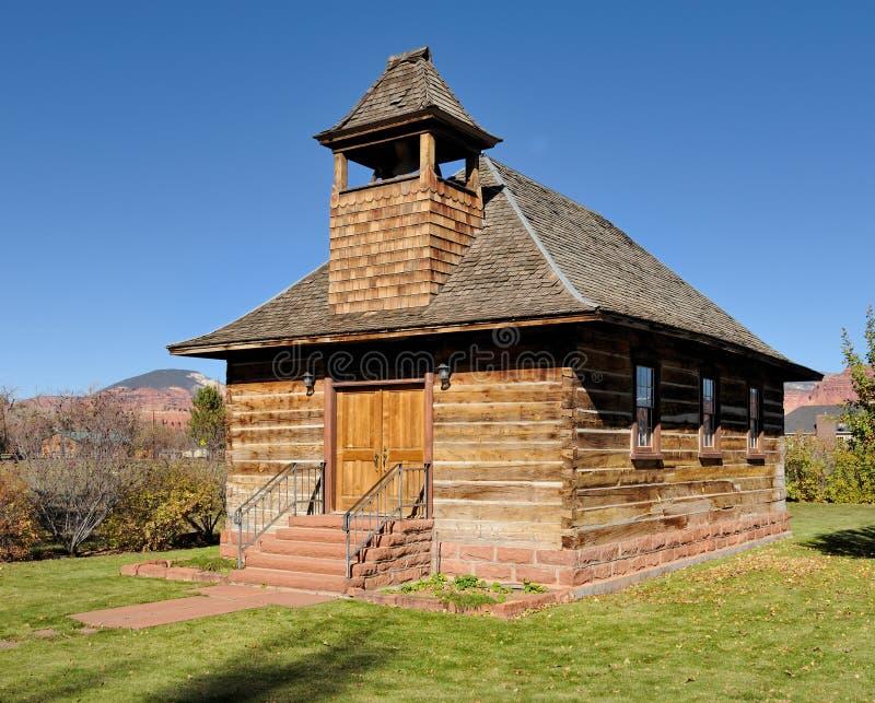 Vieilles école et église de logarithme naturel photographie stock