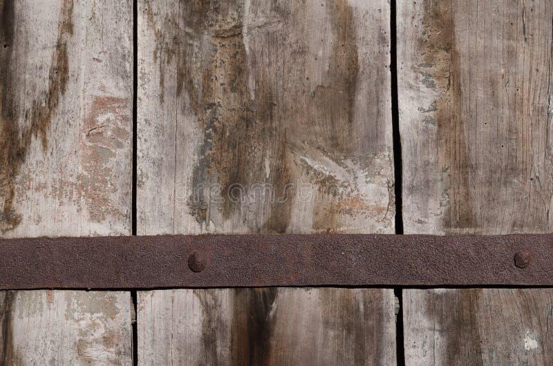 Vieilles attaches rouillées en métal du fond sur de grands conseils en bois image stock