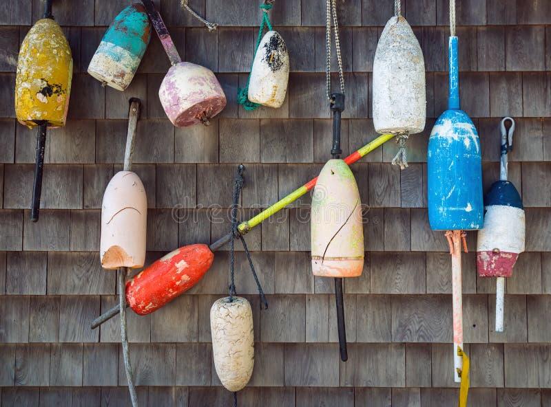 Vieilles balises de homard accrochant sur le mur photographie stock