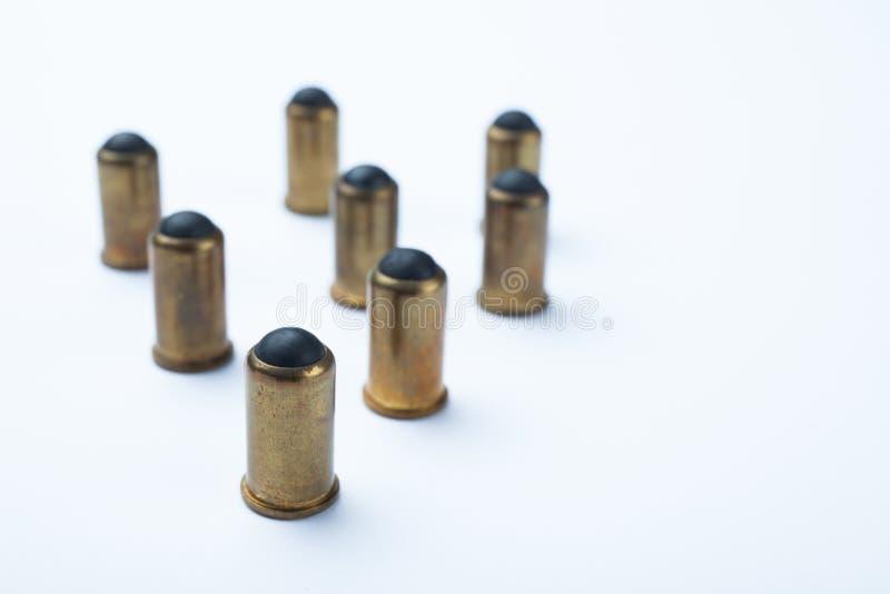 Vieilles balles en caoutchouc sur un fond blanc, foyer s?lectif photo libre de droits