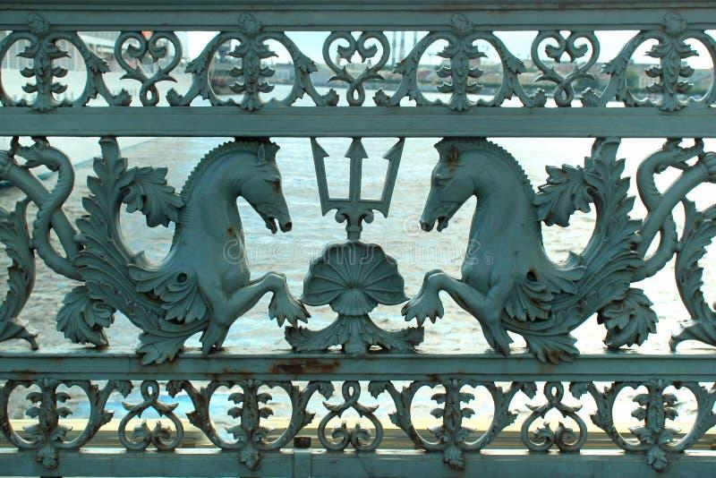 Vieilles balustrades en métal de pont d'annonce à St Petersburg, Russie photographie stock