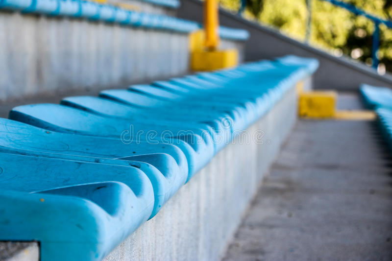 Vieilles banquettes bleues dans la tribune image stock