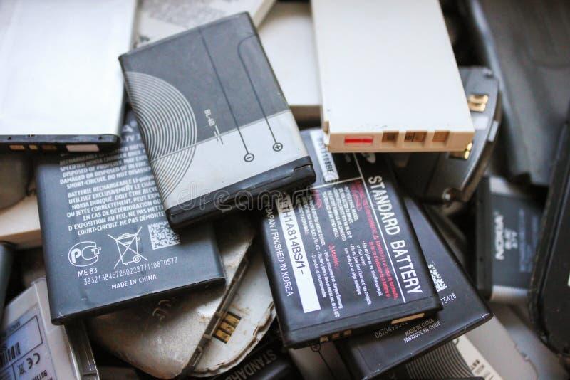 Vieilles batteries des téléphones portables photos libres de droits