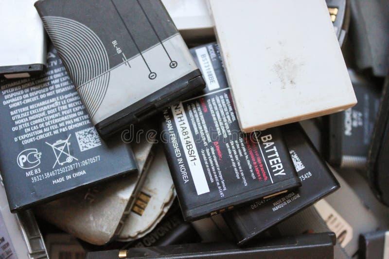 Vieilles batteries des téléphones portables images libres de droits