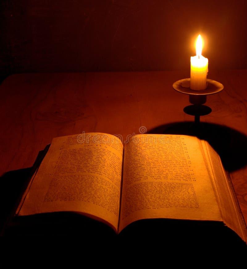 Vieilles bible et bougie photographie stock