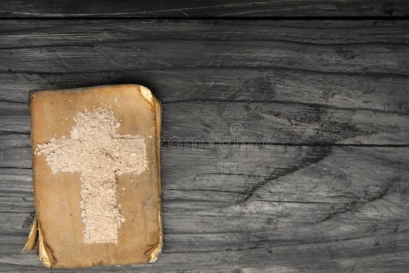 Vieilles bible et croix de cendre - symboles d'Ash Wednesday photo libre de droits