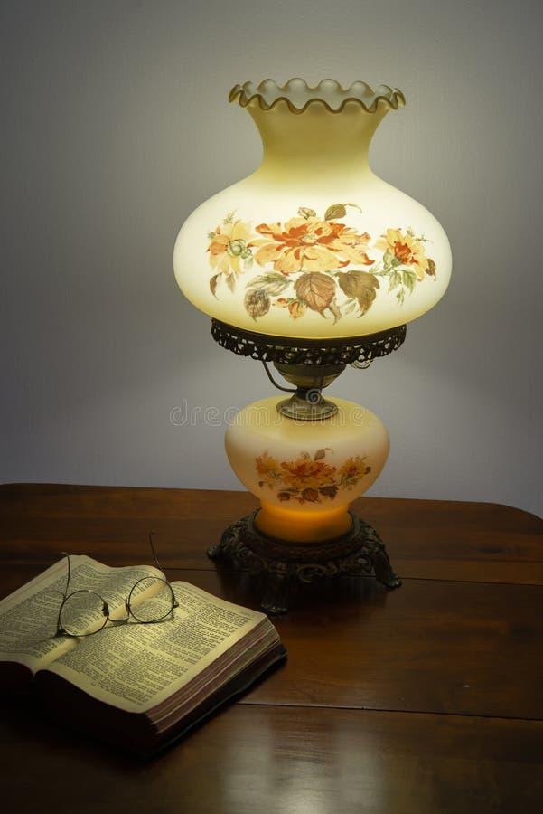 Vieilles bible et lampe photo stock