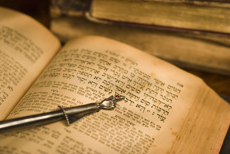 Vieilles bible hébreue et flèche indicatrice image stock
