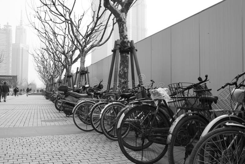 Vieilles bicyclettes en Chine polluée images libres de droits