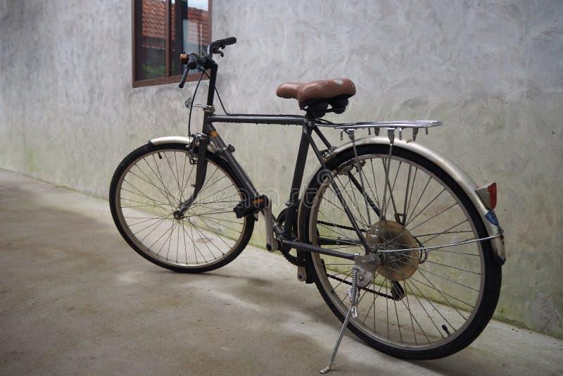 Vieilles bicyclettes garées images stock